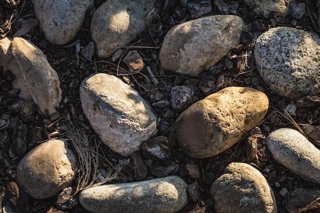 Detalle de un camino de tierra de adoquines con cantos rodados y corteza de corcho