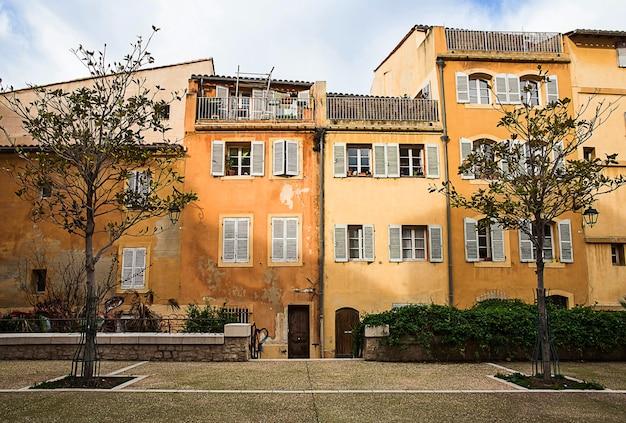Detalle de casas antiguas en el distrito de le panier, marsella