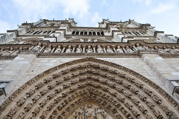 Detalle de la catedral gótica de notre dame en parís