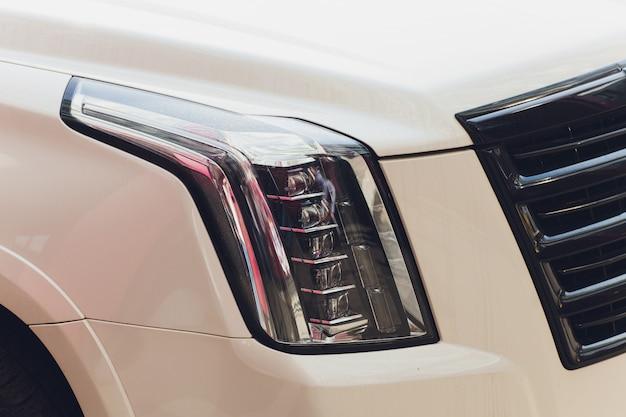 Detalle de cerca en uno de los faros led del automóvil moderno.