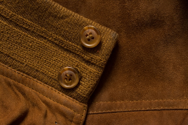 Detalle de la chaqueta de gamuza sastrería.