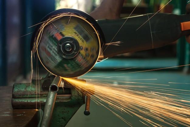 Detalle de corte de metal de amoladora angular