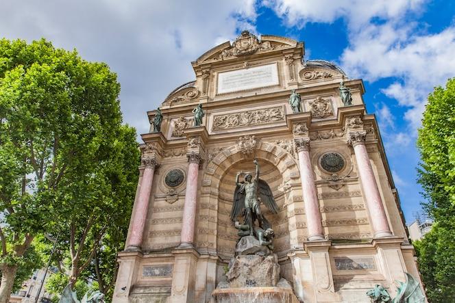 Detalle de fontaine saint michel en parís, francia