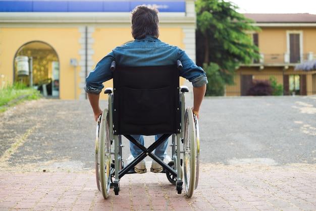 Detalle de un hombre discapacitado tratando de subir a una rampa