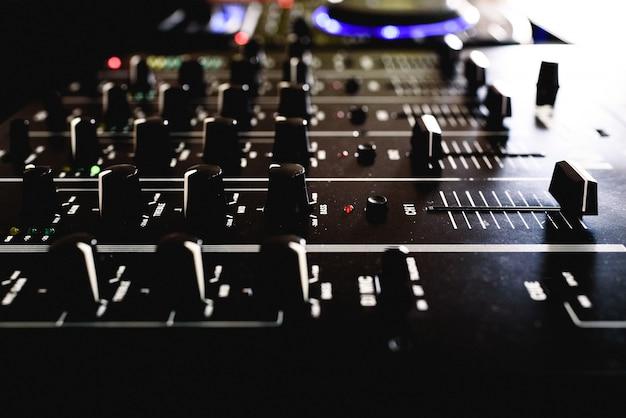 Detalle de los deslizadores de un mezclador de audio para dj.