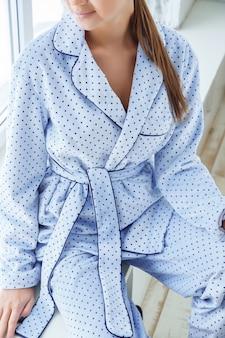 Detalle de elegante pijama de mujer.