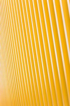 Detalle de la fachada del edificio de metal amarillo brillante. para el fondo