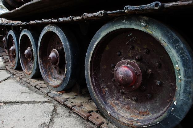 Detalle filmado con viejas pistas de tanque vintage y ruedas.