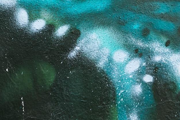 Detalle grafiti azul sobre muro de cemento