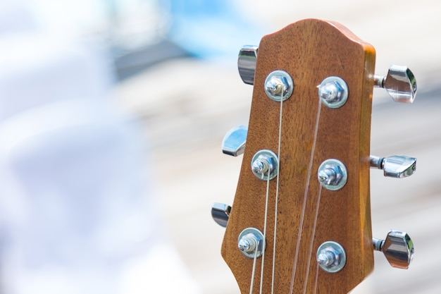 Detalle de la guitarra con fondo musical superficial