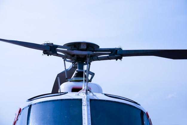 Detalle de la ingeniería de helicópteros en un hermoso cielo azul