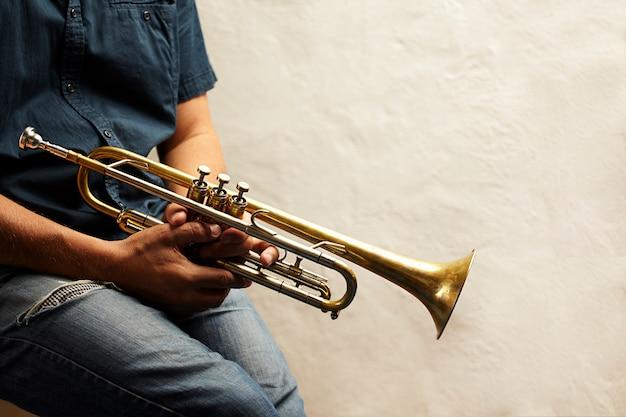 Detalle de un instrumento de trompeta de metal
