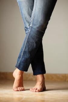 Detalle de jeans vestido por una modelo