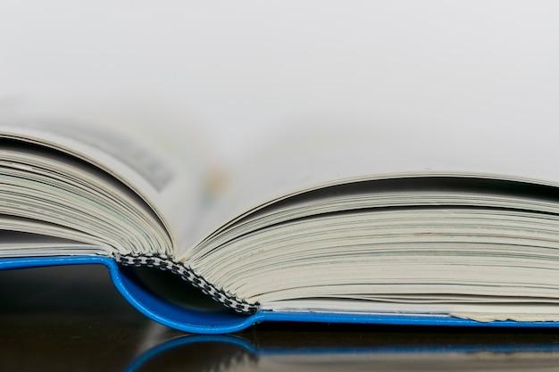 Detalle de libro abierto sobre la mesa, con espacio para texto.