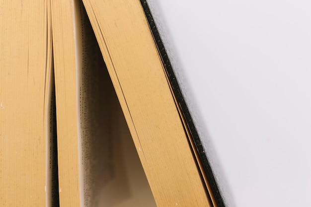 Detalle de un libro antiguo de época sobre fondo blanco