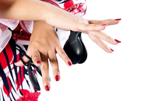 Detalle de manos de bailarina de flamenco en hermoso vestido