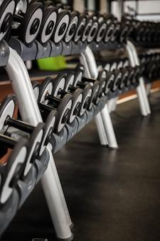 Detalle de maquina de ejercicio en un gimnasio