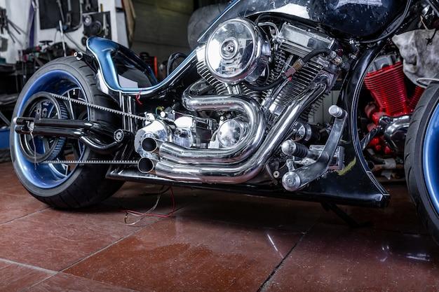 Detalle de una motocicleta moderna en el taller. escape de motocicleta.