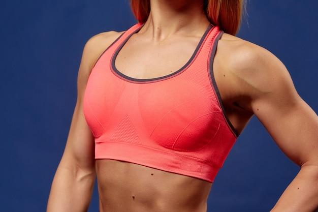Un detalle de mujer joven deportiva con cuerpo de fitness perfecto