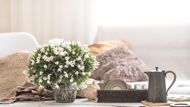 Detalle de la naturaleza muerta ligera del interior de la casa, el concepto de comodidad y ambiente hogareño