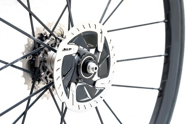 Detalle de un nuevo freno de disco hidráulico para bicicleta de carretera. nuevo freno de disco de bicicleta de carretera sobre fondo blanco.