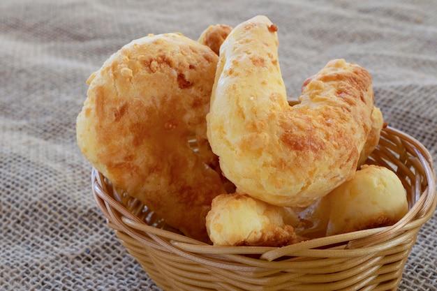 Detalle de panes de queso con queso parmesano conocido como chipa