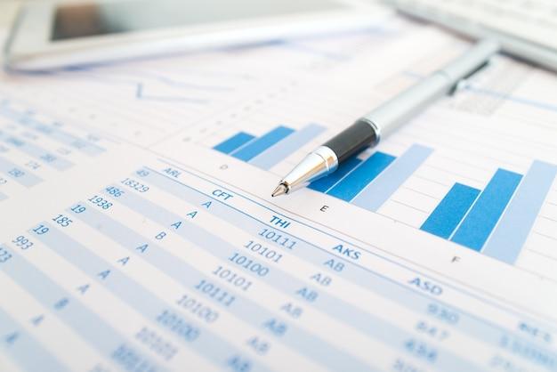 Detalle de papeleo y objetos relacionados con el negocio en una oficina
