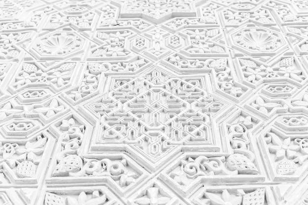 Detalle de la pared del sitio de la unesco de la alhambra en granada - sur de españa. caracteres árabes de 600 años.