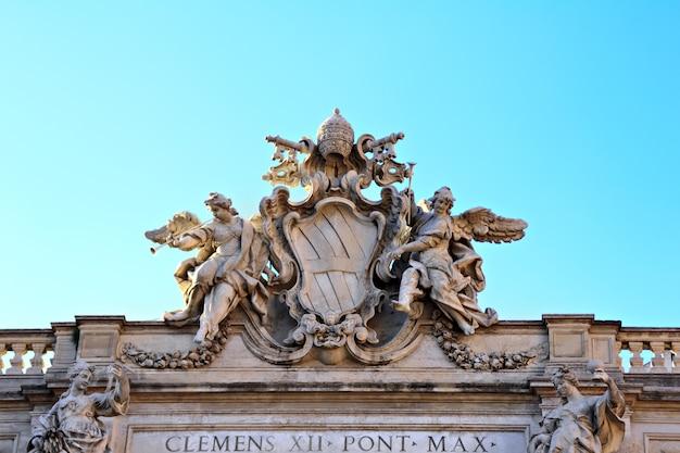 Detalle de la parte superior del edificio de fontana di trevi, roma, italia