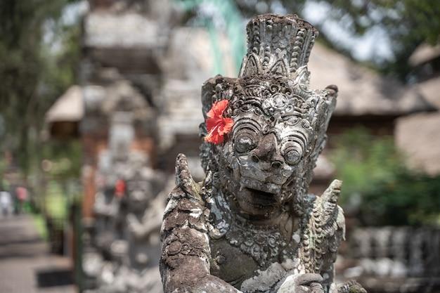 Detalle de la parte superior de una estatua de piedra en un templo hindú