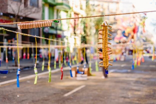 Detalle de petardos de colores de una mascleta en las fallas de valencia.