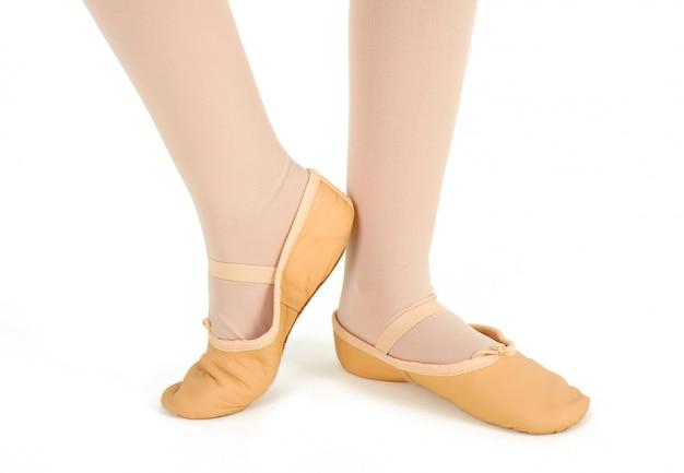 Detalle de los pies de una bailarina con demi-pointe.