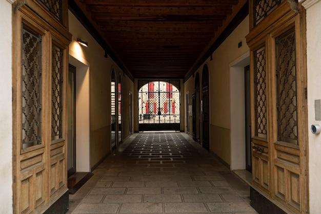 Detalle del porche de la puerta en una típica ciudad italiana histórica