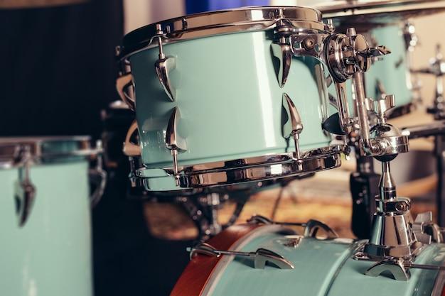 Detalle de un primer kit de batería. tambores en el escenario retro imagen vintage.