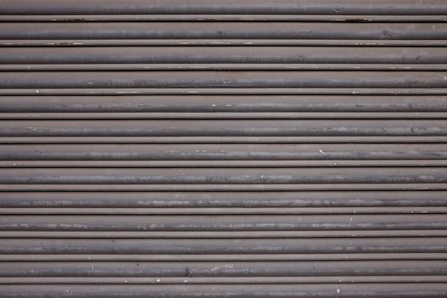Detalle de una puerta de metal que se encuentra típicamente en los edificios