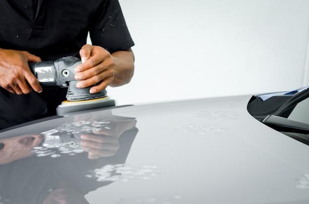 Detalle: pulido del coche, preparación de la superficie del coche antes de revestir la cerámica.