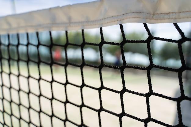Detalle de la red de una cancha de tenis.