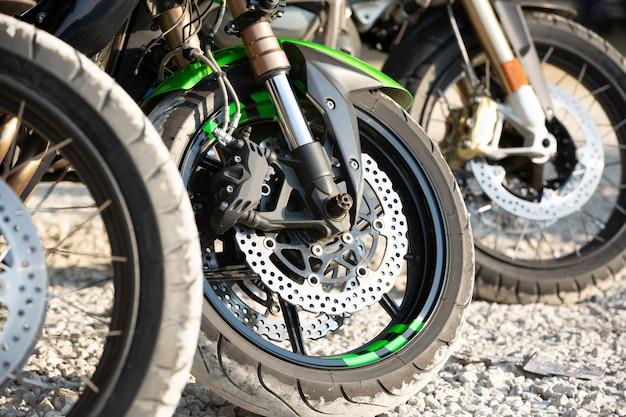 Detalle de la rueda de la motocicleta y el freno de disco los frenos abs forman parte de la motocicleta.