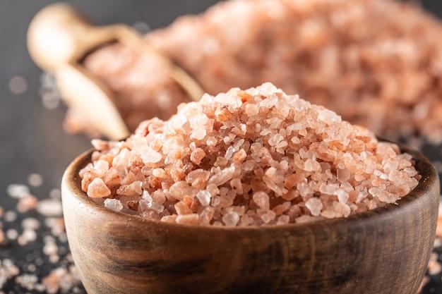 Detalle de una sal del himalaya en un cuenco de madera.