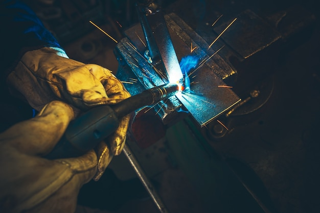 Detalle de soldadura de metal eléctrico