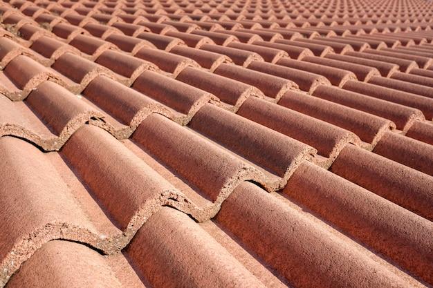 Detalle de un techo construido con tejas de terracota roja