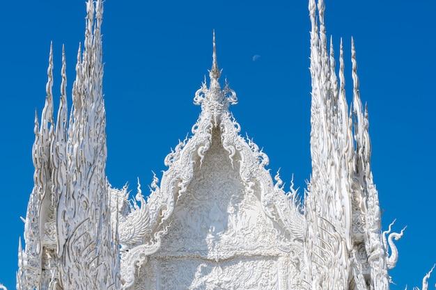 Detalle del techo del templo blanco de chiang rai en tailandia