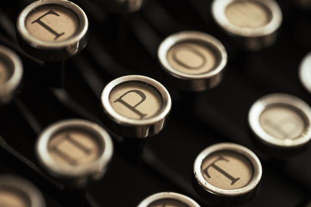 Detalle del teclado de una máquina de escribir negra vieja