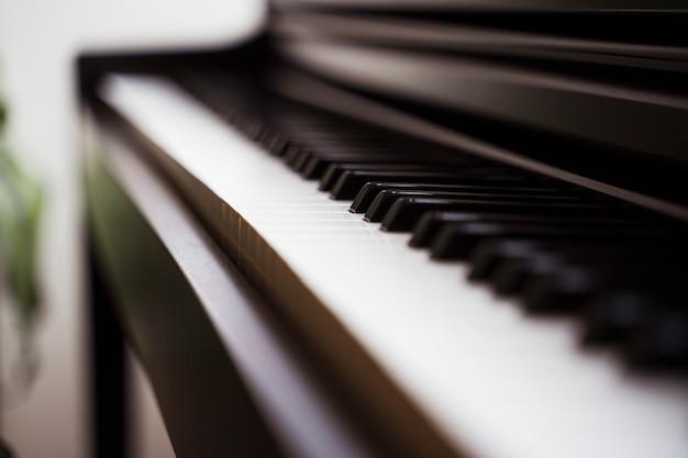 Detalle de teclas en blanco y negro de un piano clásico. concepto de música y arte.