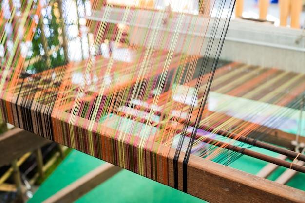 Detalle del tejido de telar para la producción casera de seda o textil