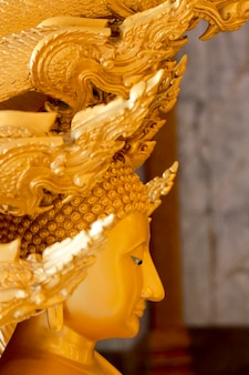 Detalle del templo wat chalong en tailandia