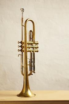 Detalle de una trompeta e instrumento de viento metal