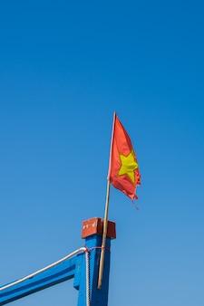Detalle de una vieja bandera vietnamita volando