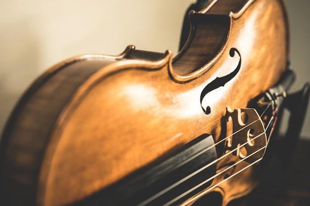 Detalle de un violín en tonos vintage