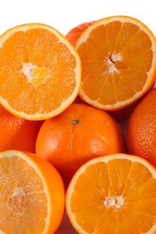 Detalle la vista de un manojo de naranjas aisladas en un fondo blanco.